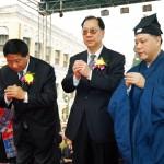 葉小文局長及何曉衛副主任在吳炳鋕會長陪同下向道祖神像參拜
