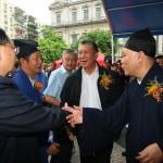 何厚鏵特首與中國道教協會林舟副會長及湯偉奇主席握手