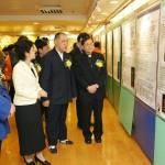 黎鴻昇主教、温蘭子主任及丁常雲副會長等嘉賓參觀展品