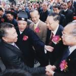 行政長官何厚鏵先生與湯偉奇主席及高忠信董事長握手