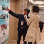 導賞員向中央電視台主持介紹展覽內容