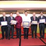 吳炳鋕會長向李耀輝主席及黃漢瀚副主席等嘉賓致送紀念品
