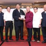 新加坡道教總會向澳門道教協會致送紀念品