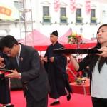 香港華人廟宇委員會黃衛民秘書長、民政總署代表羅錦蓮小姐虔誠上供