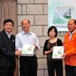葉達副會長、賴宏副會長贈書予香港歷史博物館蕭麗娟總館長及香港文化博物館鄒興華館長