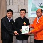 葉達副會長、賴宏副會長贈書予香港青松觀葉長青副主席