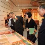 嘉賓觀賞展品澳門吳慶雲道院珍藏清代的道教經書