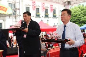 新加坡道教協會顧問張家麟道長、名譽會長葉榮發先生虔誠上供