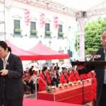 香港華人廟宇委員會代表潘莊正小姐、等香港蓬瀛仙館洪少陵副理事長虔誠上供